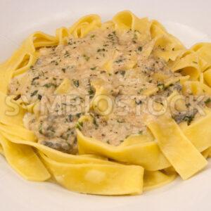 Frische Pappardelle mit Gorgonzola-Petersilie-Sauce Aufsicht - Fotos-Schmiede