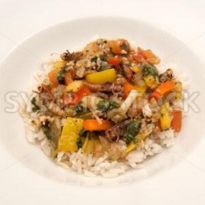Gebratene Heuschrecken mit Gemüse auf Basmati-Reis Aufsicht - Fotos-Schmiede