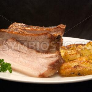 Gegrillter Schweinebauch mit frittierten Kartoffelspalten Frontal - Fotos-Schmiede