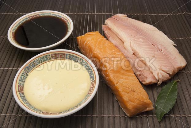 Geräucherter Fisch mit Sojasauce und Mayonnaise Aufsicht - Fotos-Schmiede