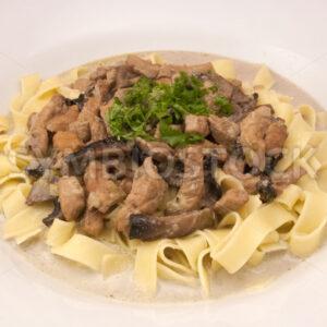 Geschnetzeltes in Bier-Rahm-Sauce mit Pasta Aufsicht - Fotos-Schmiede