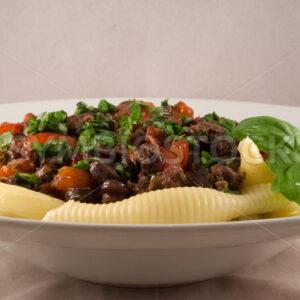 Hähnchenherzen mit Tomaten und Conchiglioni Aufsicht - Fotos-Schmiede