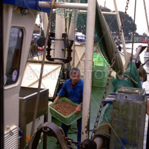 Krabbenfischer auf seinem Schiff im Hafen von Friedrichskoog - Fotos-Schmiede