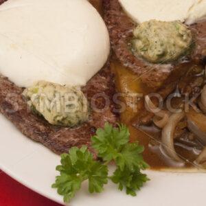 Rindersteaks mit Zwiebeln und Champignons - Fotos-Schmiede