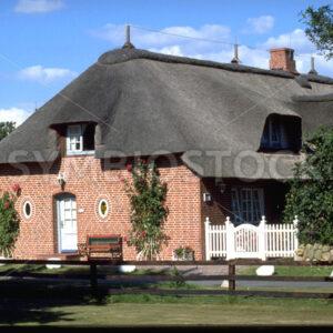 Typisches reetgedecktes, großes Haus in Dithmarschen - Fotos-Schmiede