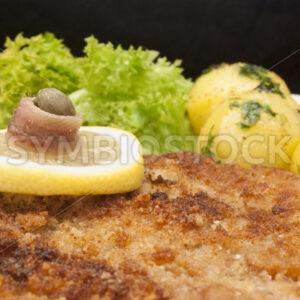 Wiener Schnitzel mit Petersilienkartoffeln und grünem Salat Detail - Fotos-Schmiede